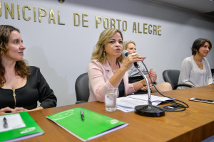 II Seminário Mulheres Vítimas de Violência Sexual: qualificando e amplicando a assistência. Na foto, a gerente de administração do Hospital Fêmina, Denise Jornada Braga (ao microfone).